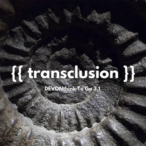 Das Wort Transklusion auf einem Ammoniten-Hintergrund.